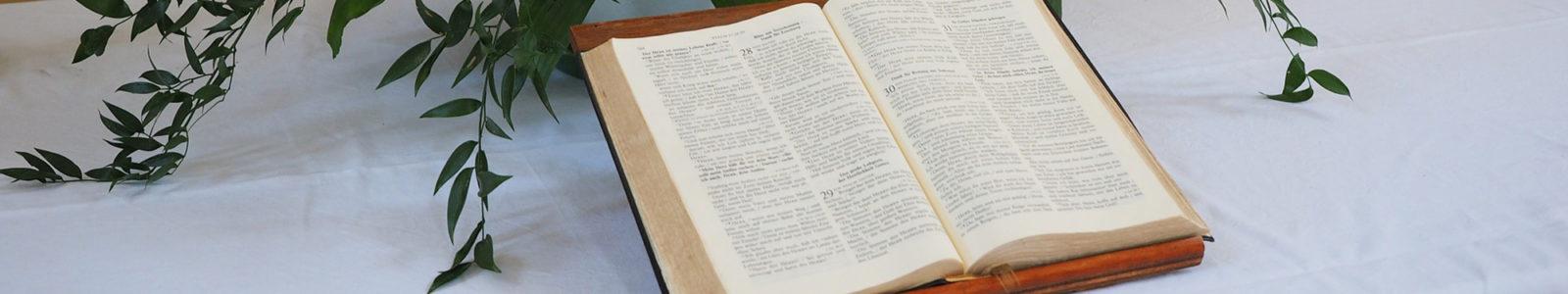 Aufgeschlagene Bibel auf dem Altar